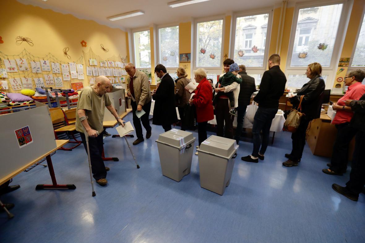 Fronta v pražské volební místnosti