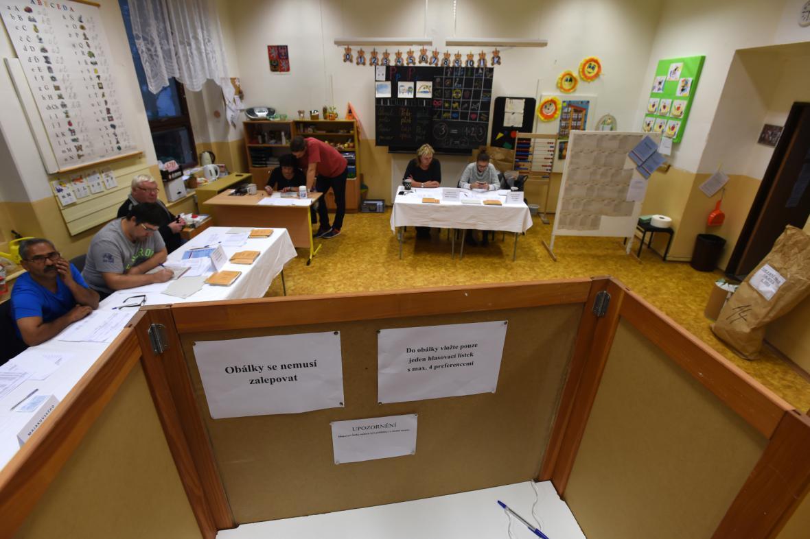 Volby do Poslanecké sněmovny ve volební místnosti v Ústí nad Labem