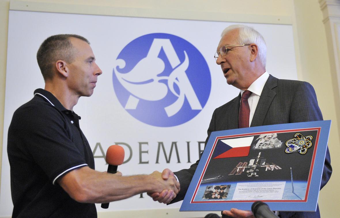 Americký astronaut Andrew Feustel předal tehdejšímu předsedovi Akademie věd ČR Jiřímu Drahošovi grafiku s připevněnou českou vlaječkou, kterou měl s sebou v kosmu (1. 8. 2011)