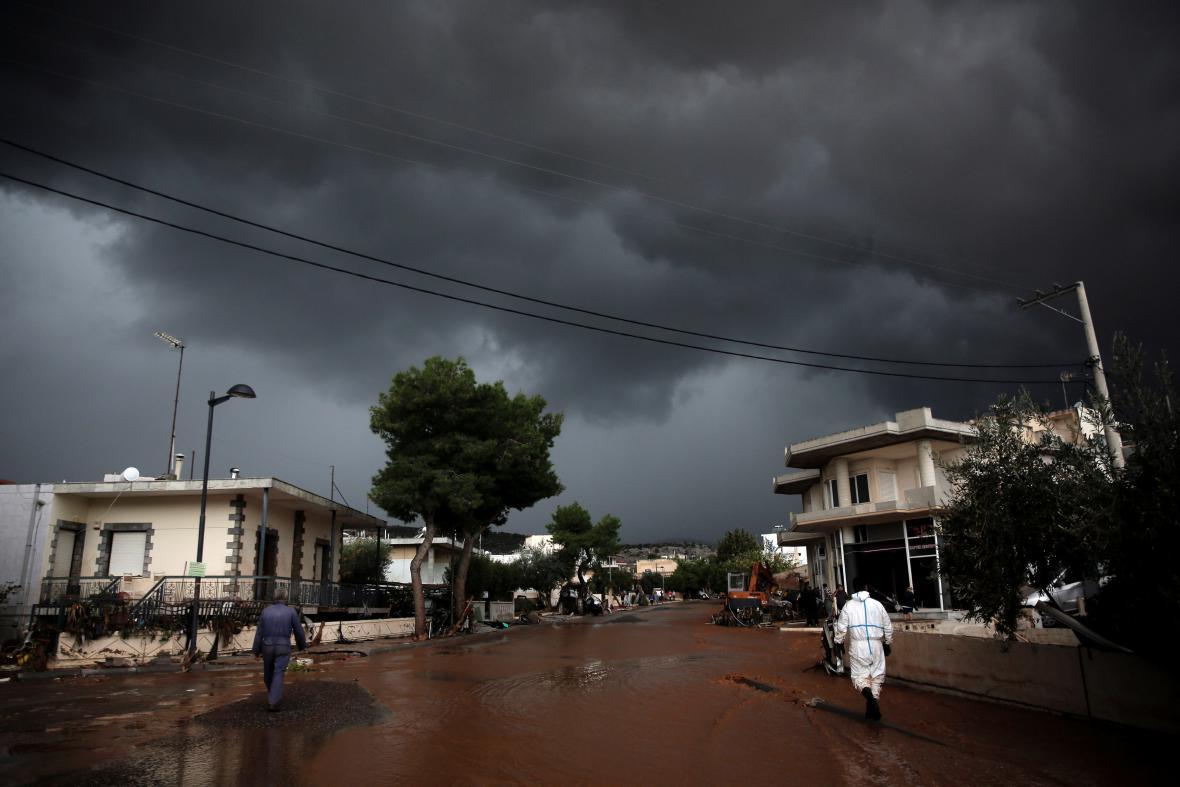 Bouřková mračna nad řeckým městem Mandra