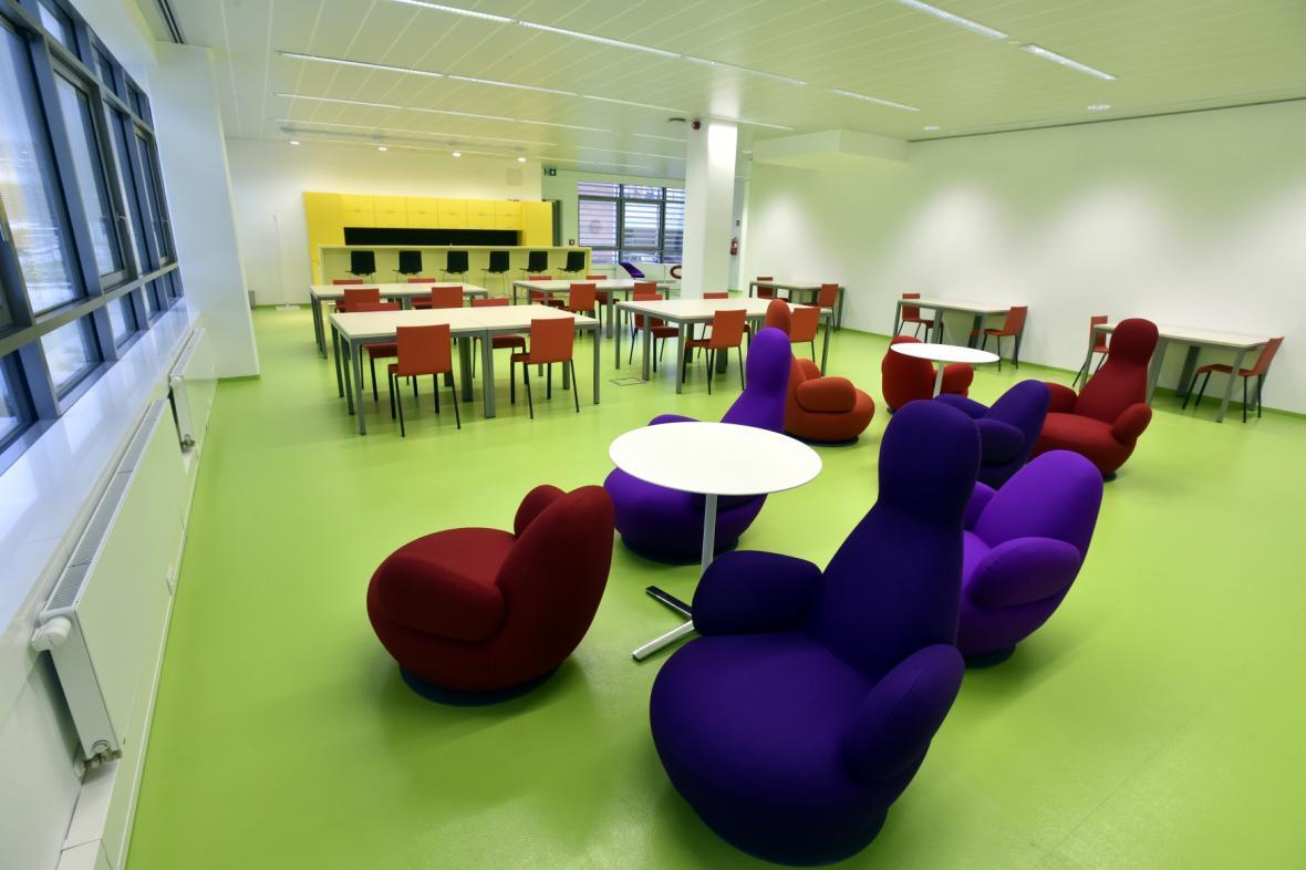Univerzitní centrum Zlín (2008) podle Evy Jiřičné. V budově se nachází sídlo rektorátu a moderní univerzitní knihovna se 450 studijními místy.