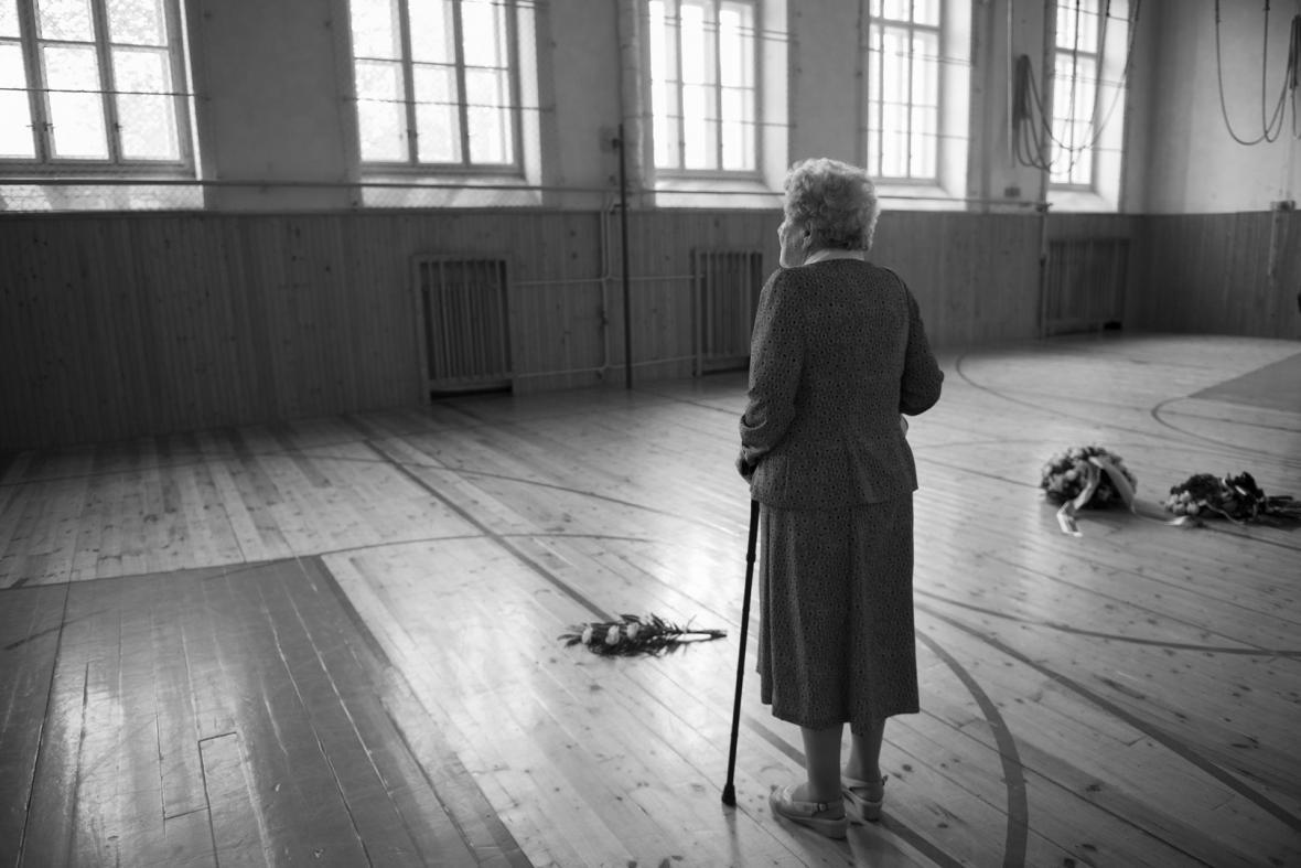 Fotografie z výstavy Domov můj o lidech přeživších vypálení Lidic a Ležáků
