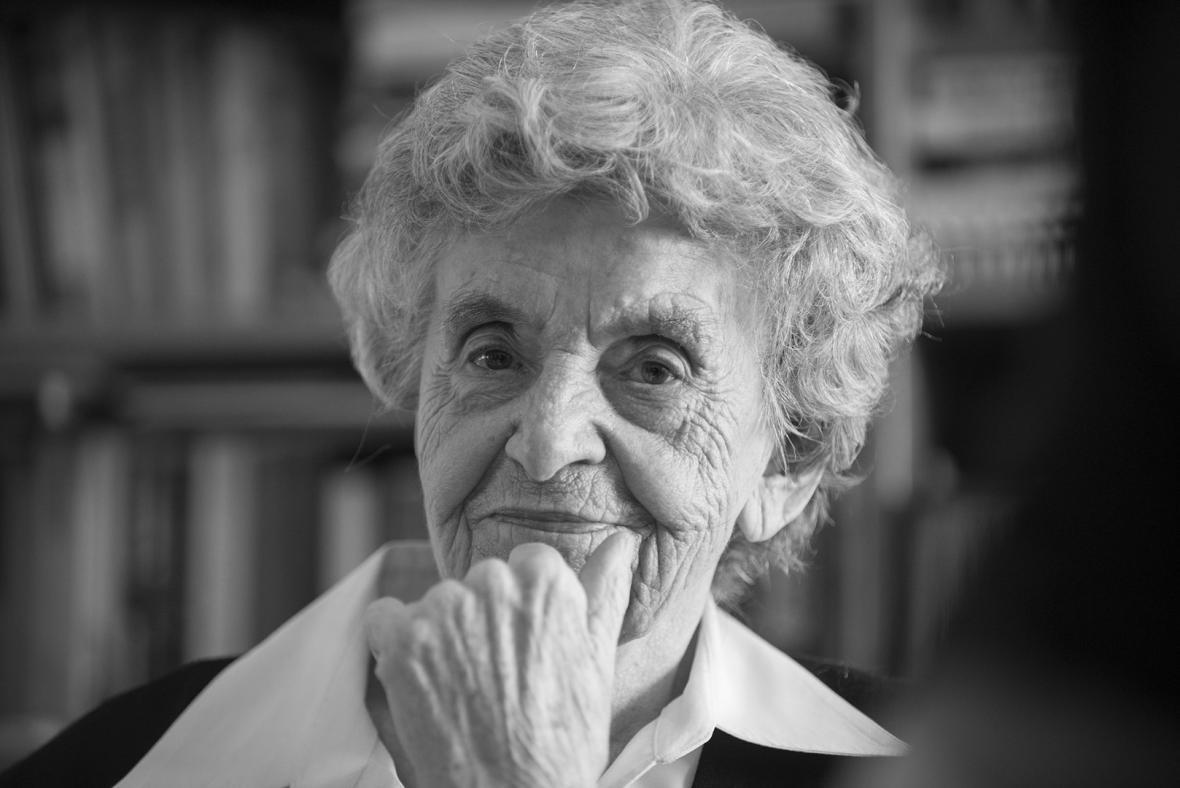 Marie Šupíková ve svém domově v nových Lidicích. Po válce svědčila proti zločinům Lebensbornu při Norimberských procesech a dodnes přednáší českým i zahraničním studentům o osudu Lidic.