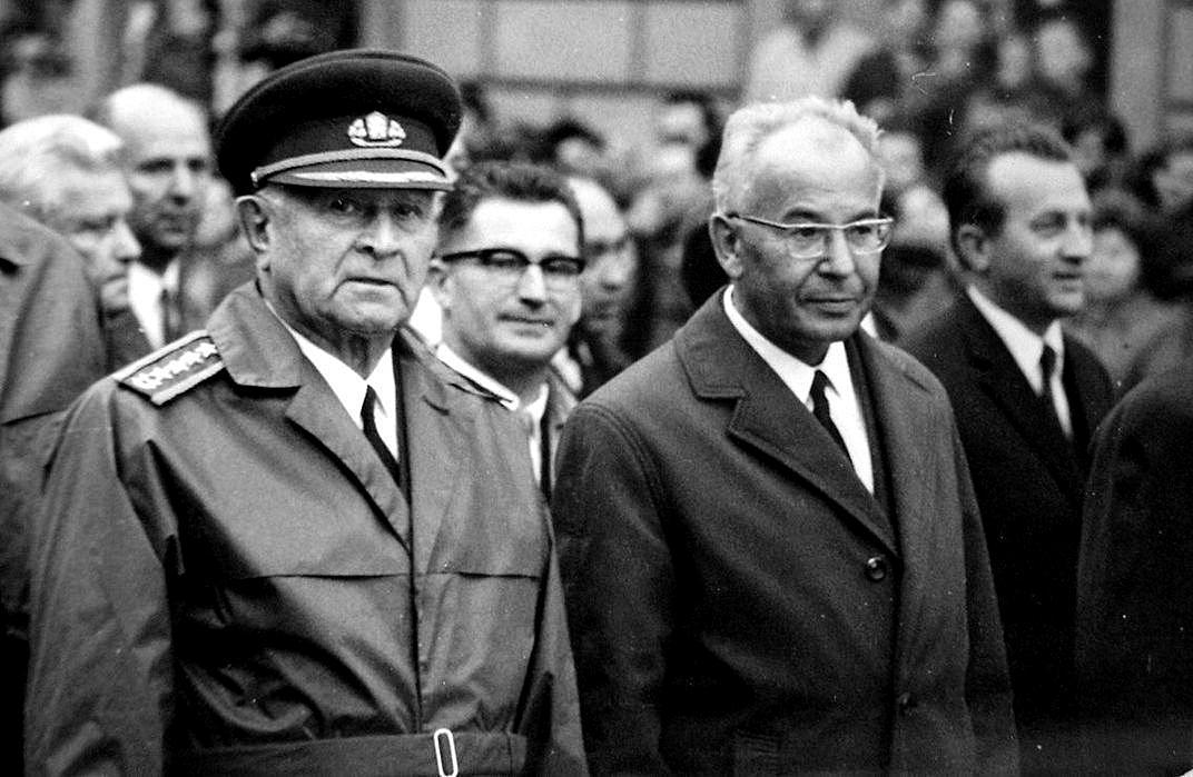 Prezident ČSSR Ludvík Svoboda s Gustávem Husákem během 25. výročí Slovenského národního povstání
