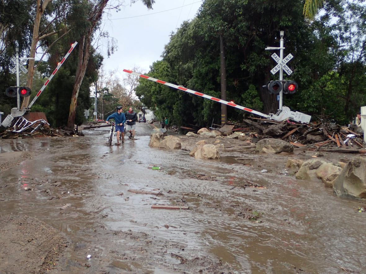 Následky záplav a sesuvů bahna v Kalifornii