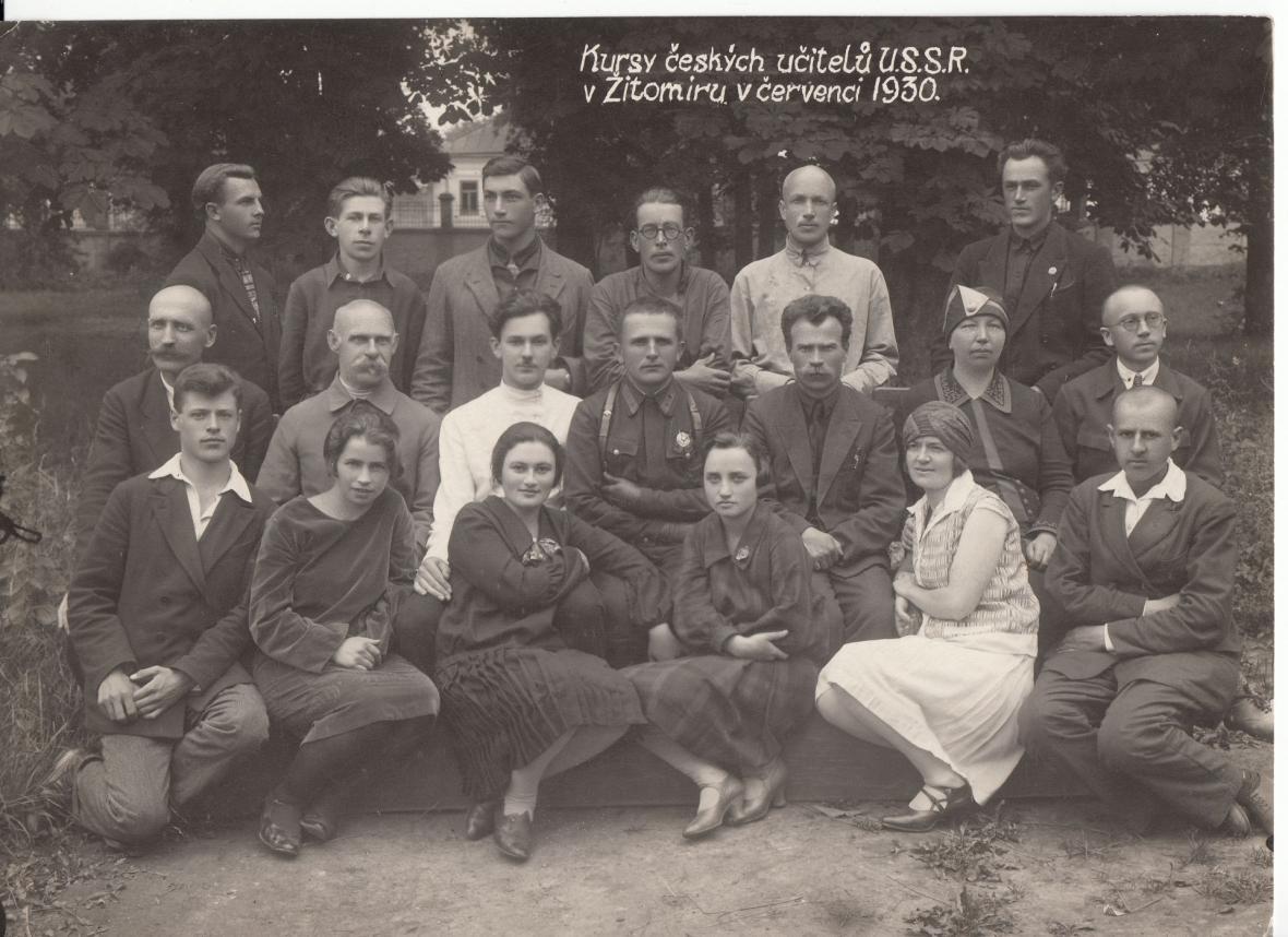 Čeští učitelé na pedagogickém kurzu v severoukrajinském Žitomíru. Ještě netuší, že je za měsíc začne zatýkat tajná policie