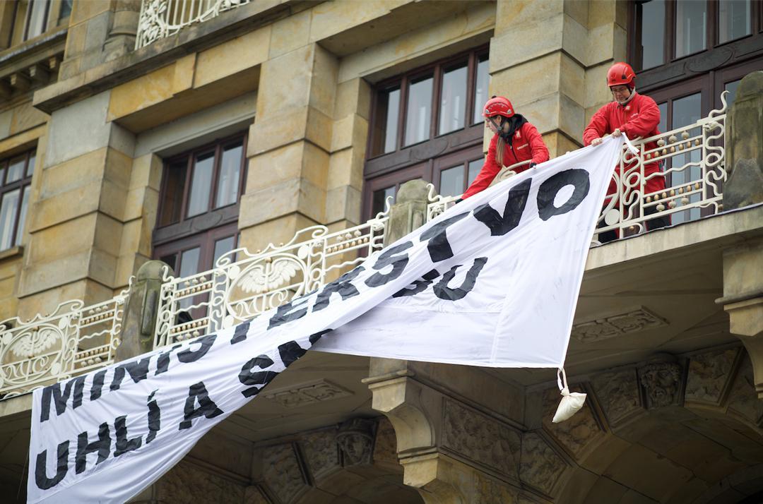 Aktivisté Greenpeace na balkonu MPO