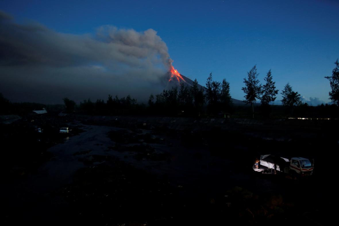 Vulkán Mayon na Filipínách chrlí lávu a popel