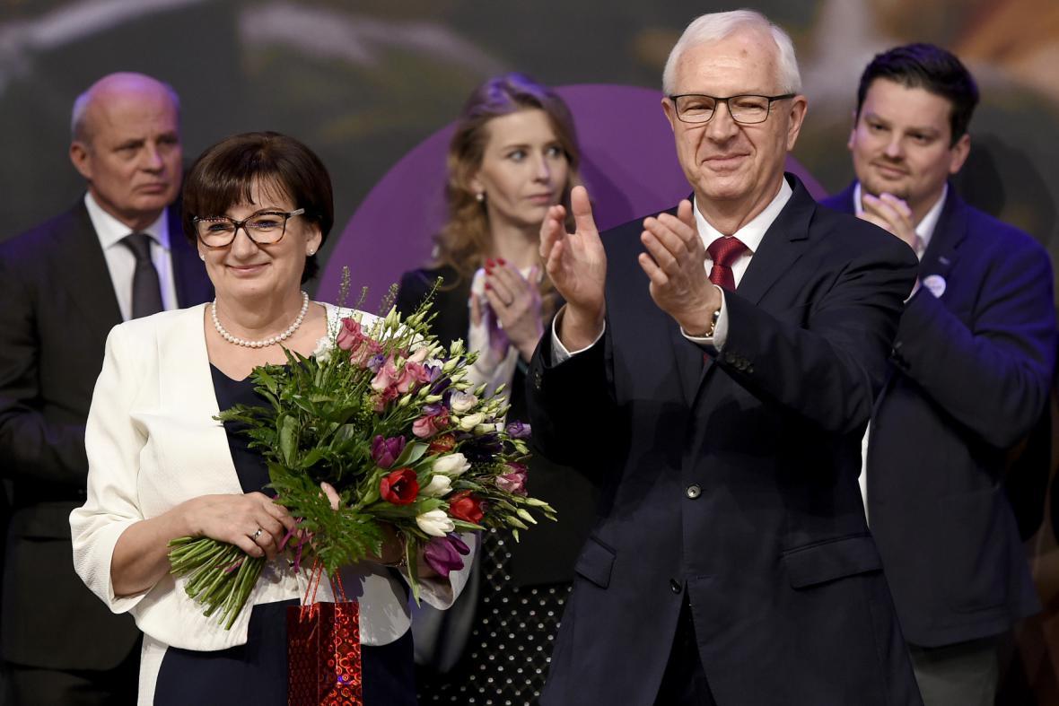 Neúspěšný kandidát na prezidenta Jiří Drahoš zdraví 27. ledna 2018 po vyhlášení výsledku druhého kola prezidentských voleb novináře a hosty v pražském Kongresovém centru, kde společně sledovali sčítání hlasů.