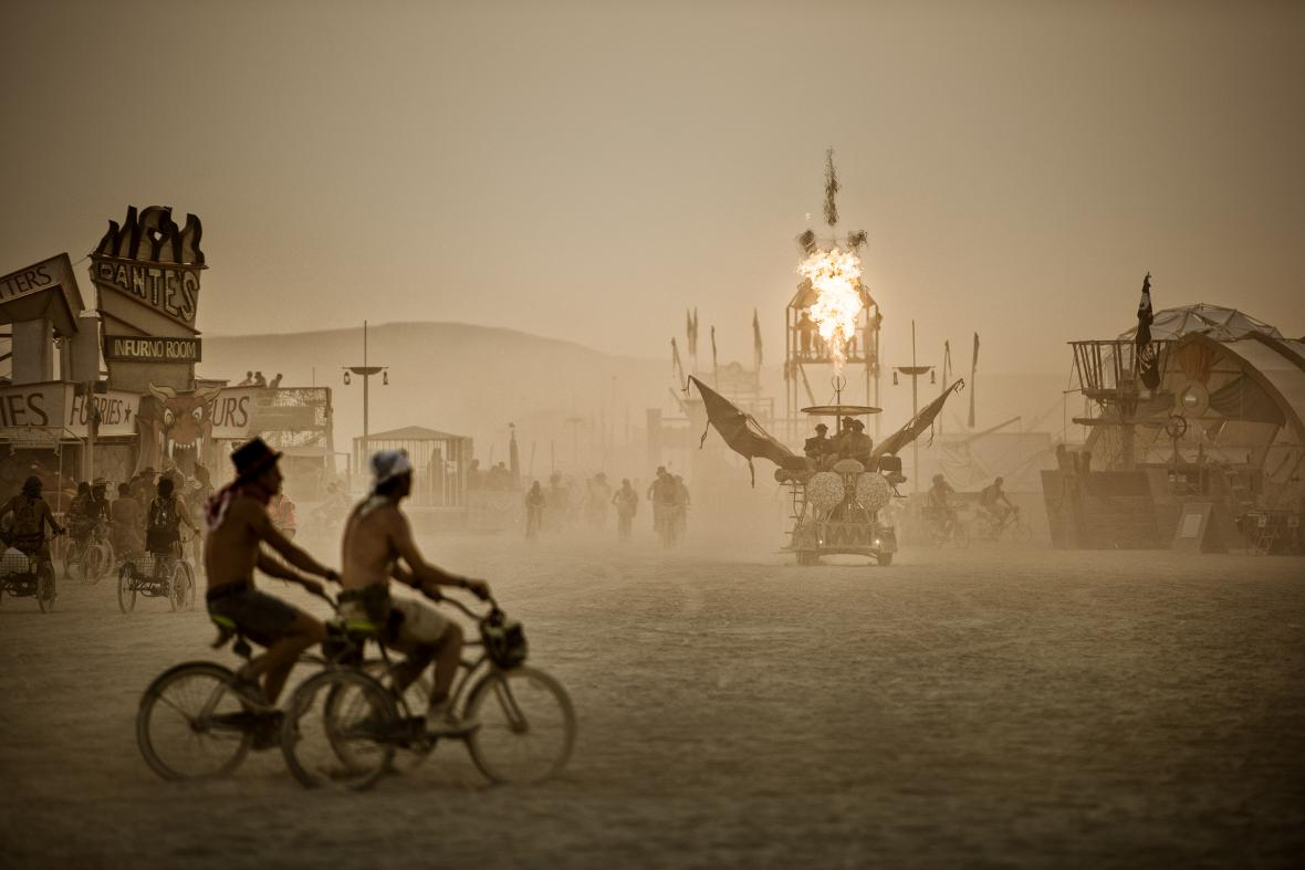 Fotografie z výstavy Marka Musila v Leica Gallery: WORLD ON FIRE | The Burning Man Collection