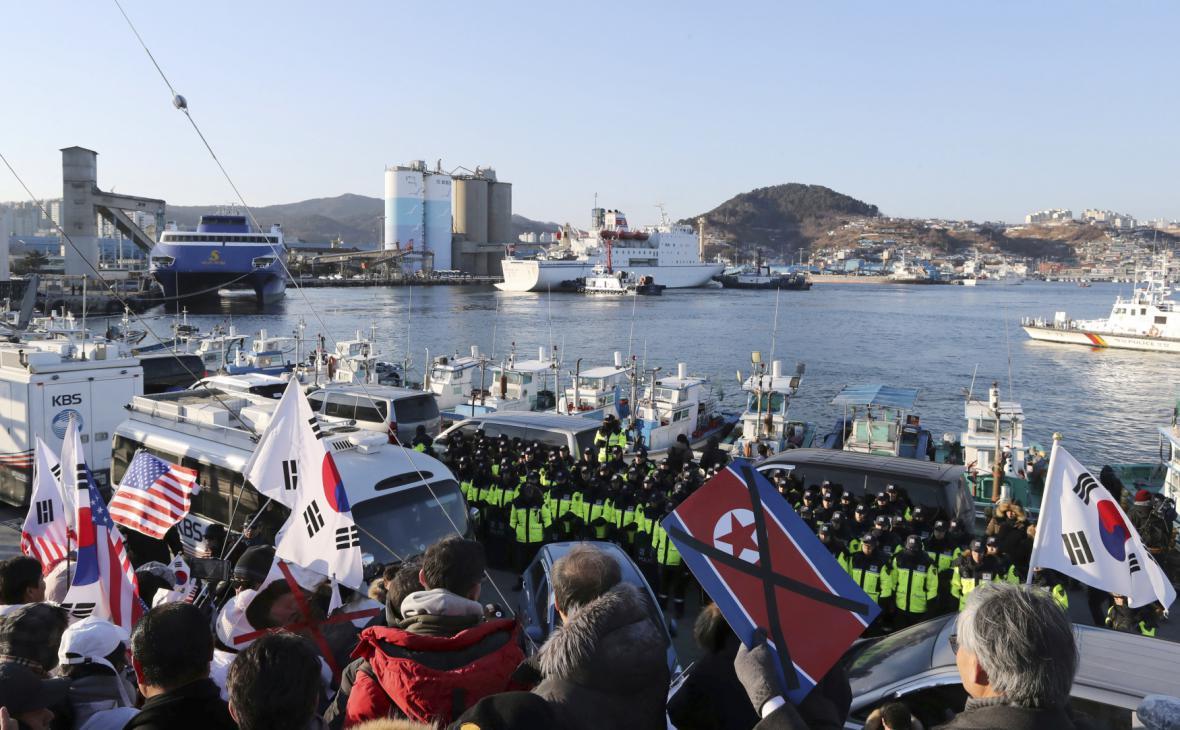 Demonstranti vítají umělce z KLDR