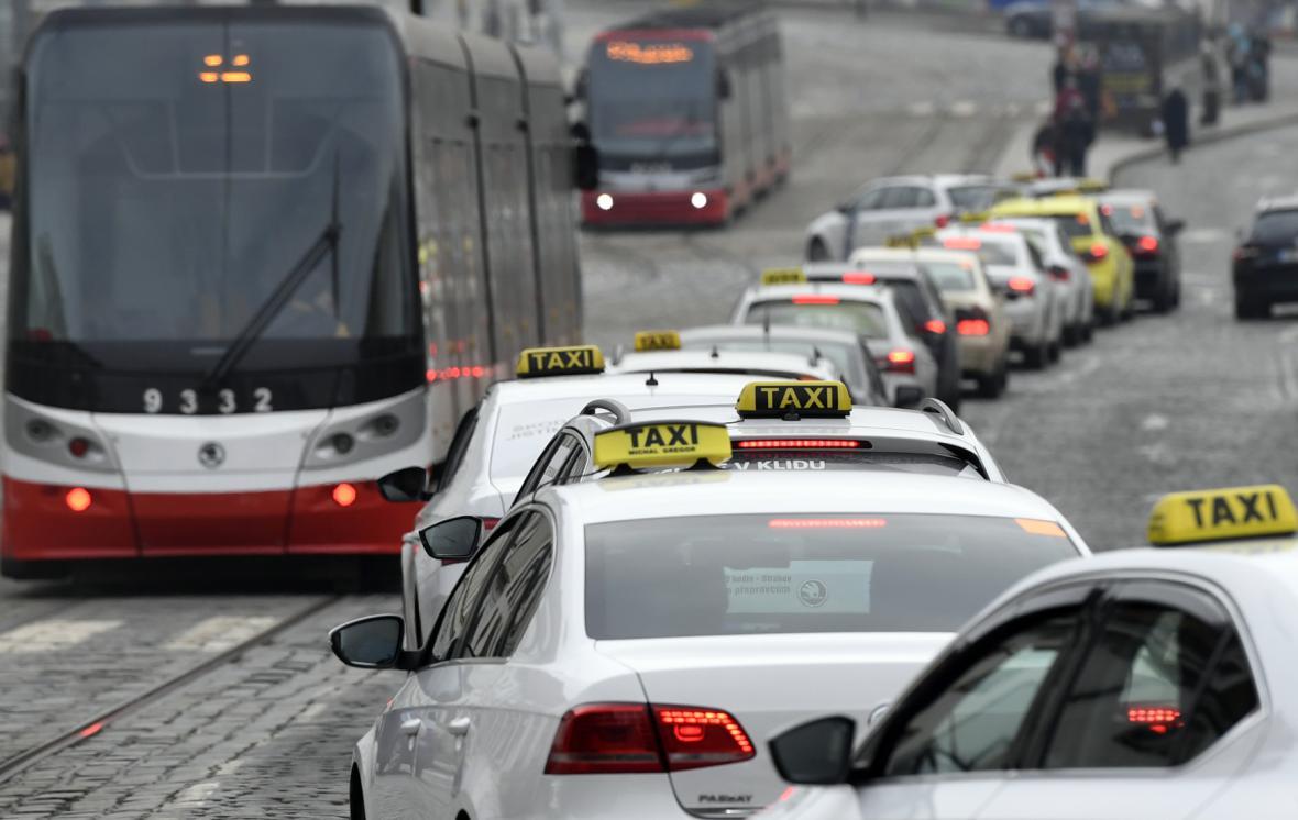 Kolona taxi v centru Prahy