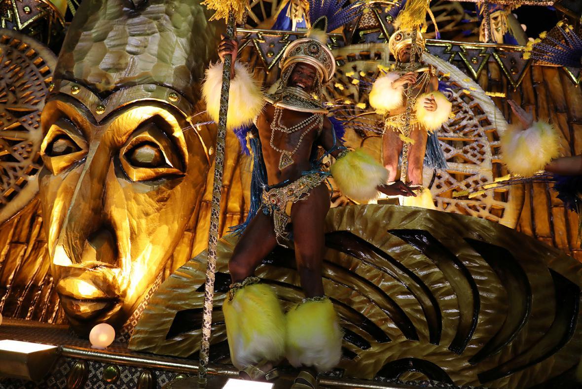 Přehlídka tanečních škol na Sambodromu během karnevalu v Riu 2018