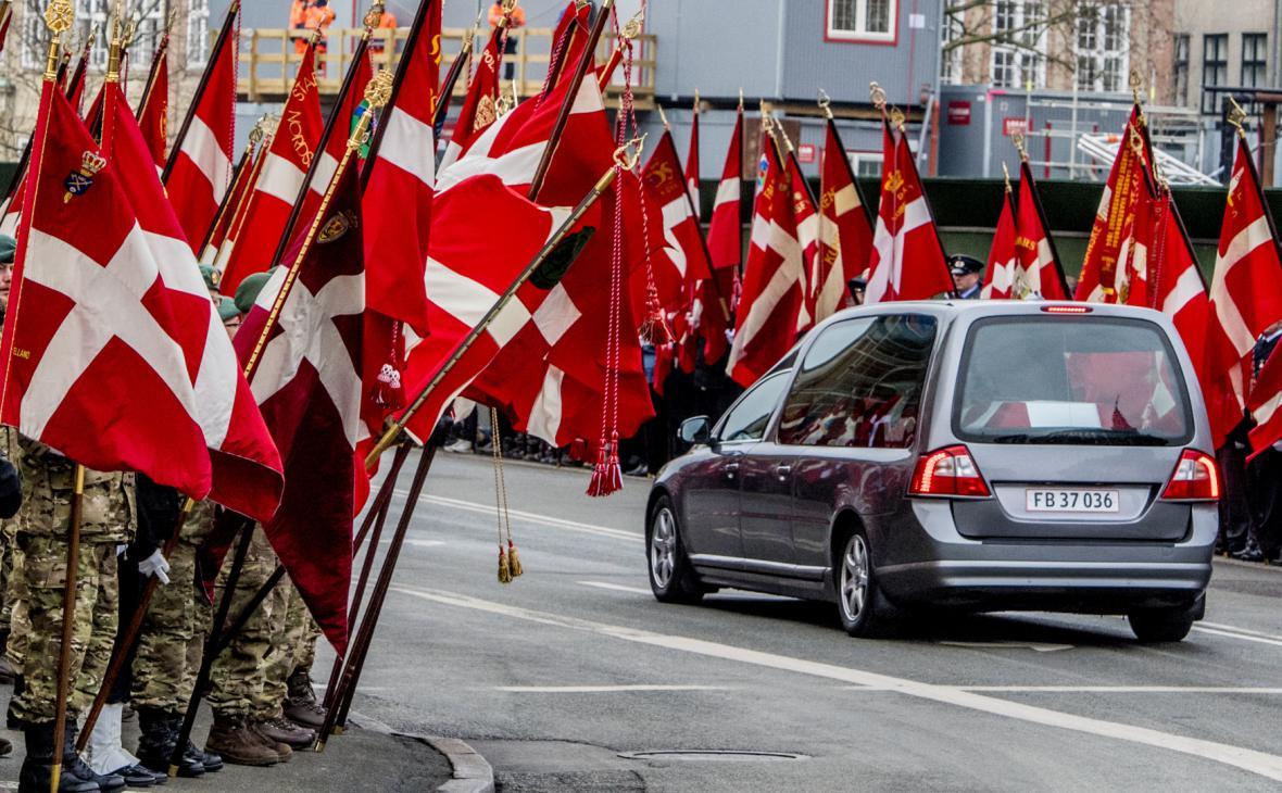 Pohřební vůz projíždí ulicemi Kodaně