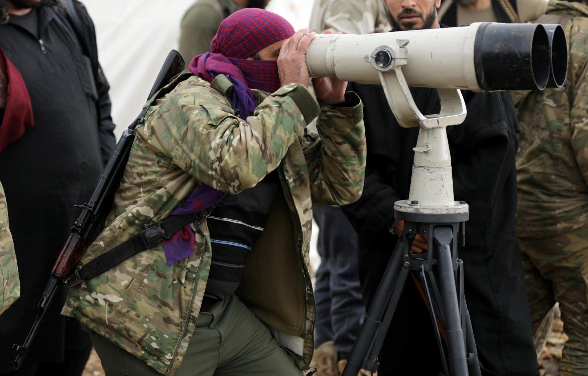 Turecký voják sleduje dalekohledem situaci