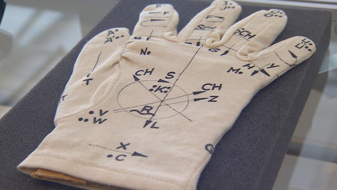 Hluchoslepí komunikují pomocí dotyků