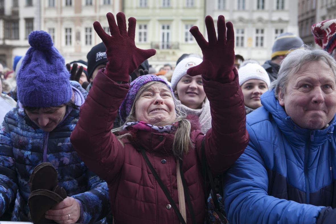 Na Staroměstském náměstí vítaly Ester Ledeckou a Martinu Sáblíkovou stovky lidí