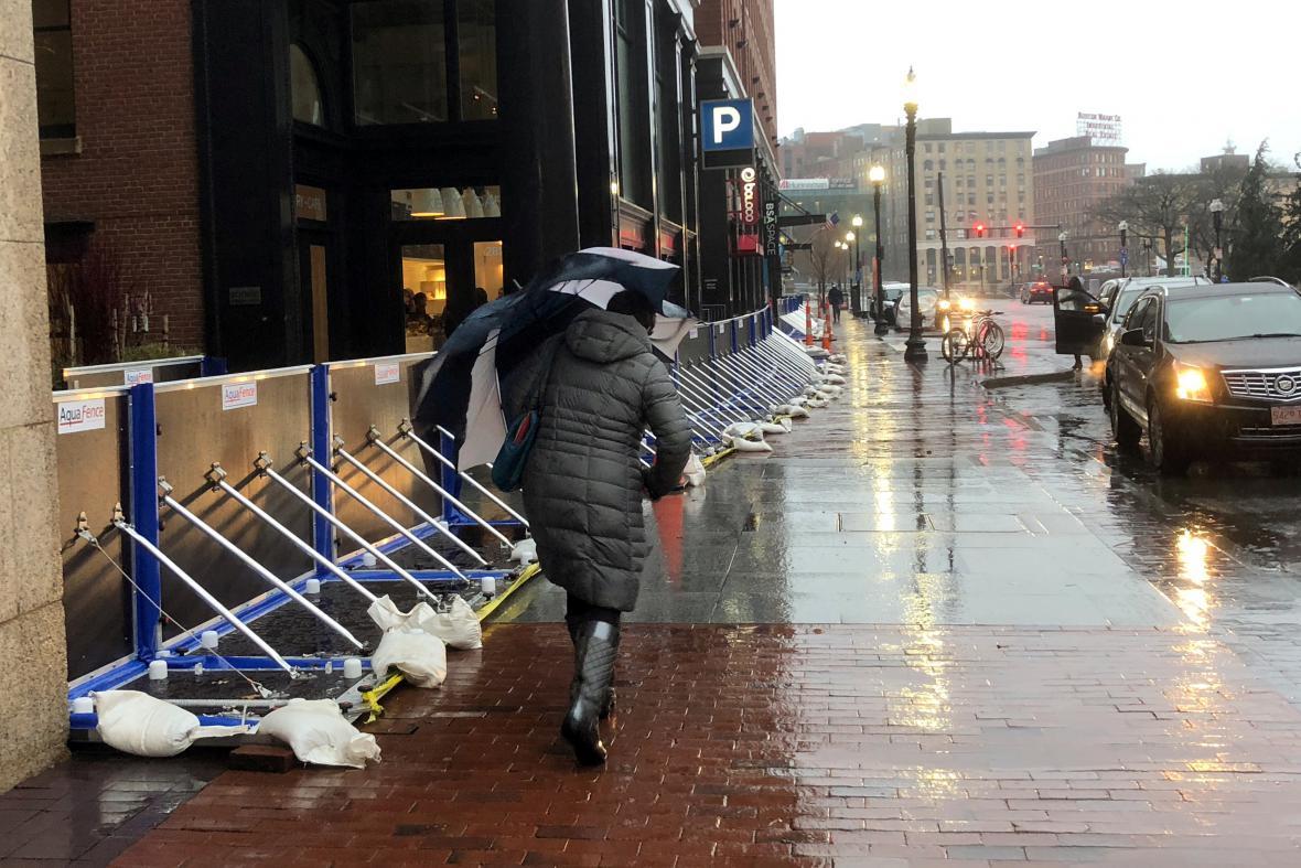 V Bostonu se v ulicích objevily protipovodňové bariéry, chránící před následky pobřežní bouře
