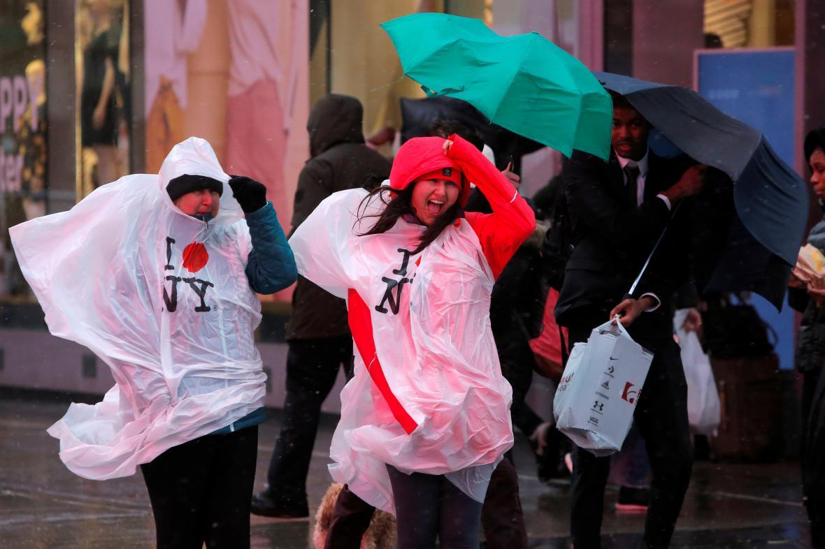 Lidé bojují proti silnému větru v New Yorku