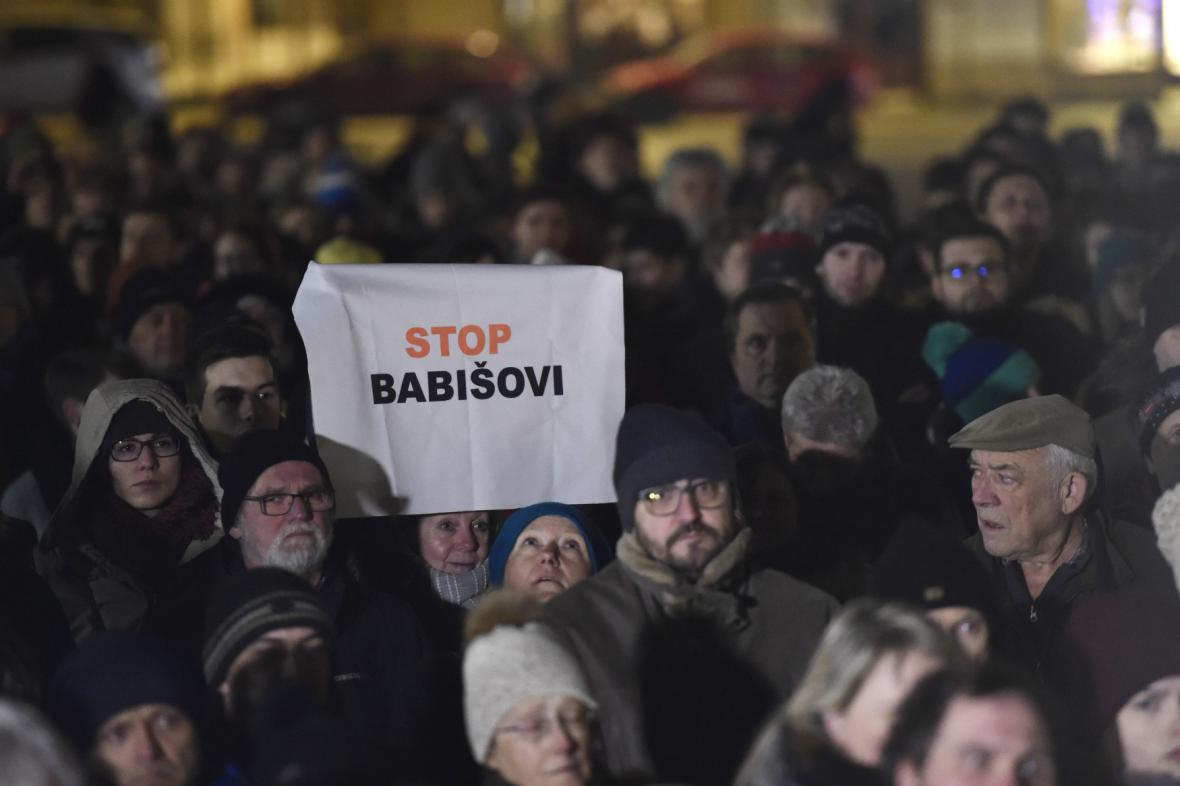 Demonstrací proti Ondráčkovi v GIBS se účastnily tisíce lidí
