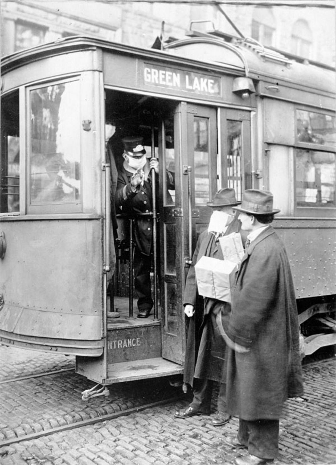 V mnoha městech platil zákaz cestování hromadnou dopravou bez roušky