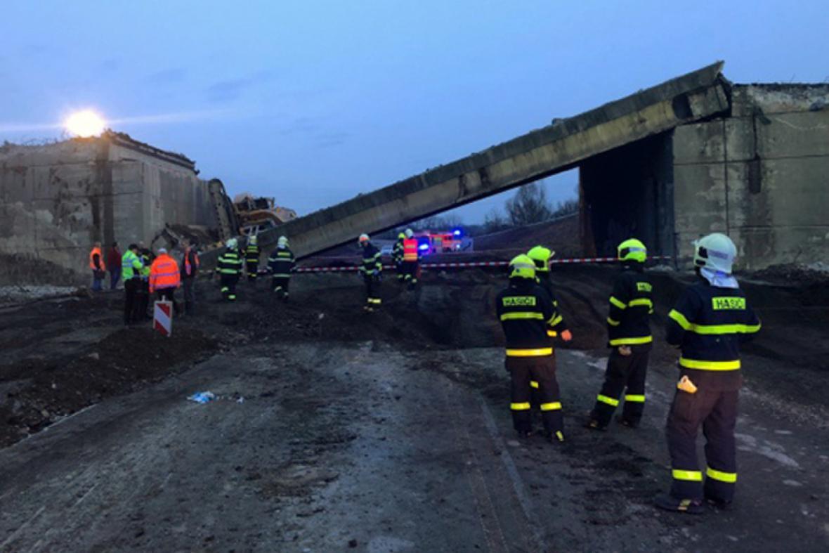 Při rekonstrukci dálnice D48 se částečně zřítil most