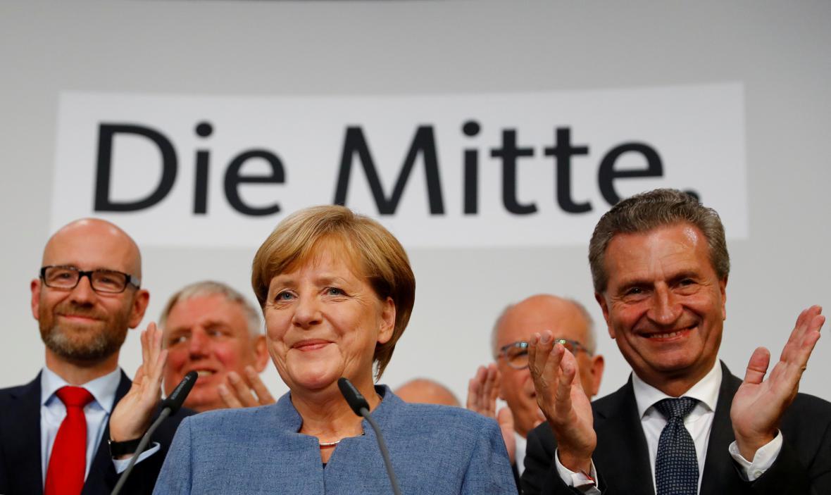 Klon z Květen 2005: Lídryně opozice Angela Merkelová nominována za kandidátku CDU/CSU na úřad spolkového kancléře v předčasných volbách v září téhož roku, kdy vystoupila ze stínu opozice na nejvyšší politický post v zemi.