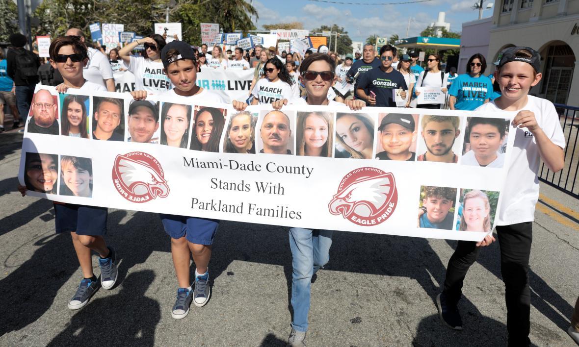 Stovky tisíc Američanů v ulicích  žádali omezení zbraní. Šlo o jeden ... 17ec05a88d