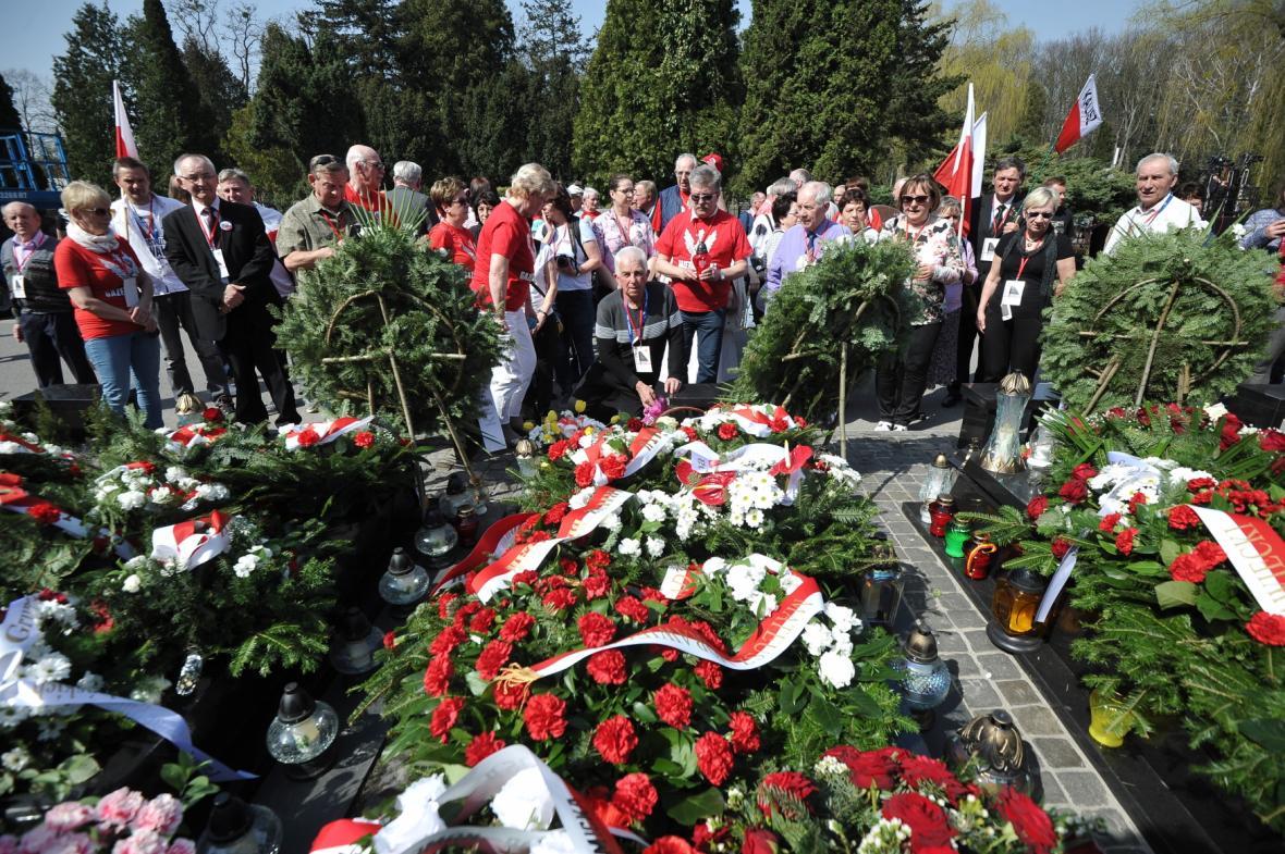 Ceremoniálu připomínající osmé výročí letecké tragédie u Smolenska se před prezidentským palácem ve Varšavě zúčastnil i předseda polské vládnoucí strany Právo a spravedlnost Jaroslaw Kaczyński