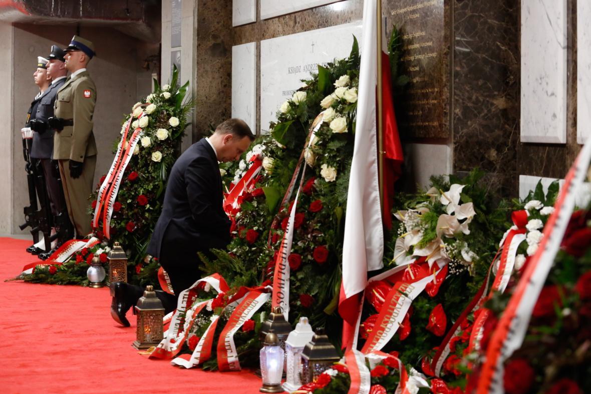 Pieta na vojenském hřbitově ve Varšavě připomíná letecké neštěstí u Smolenska, při němž zahynulo 96 lidí v havarovaném prezidentském letadle, mezi nimi i bývalý polský prezident Lech Kaczynski s manželkou Marií.