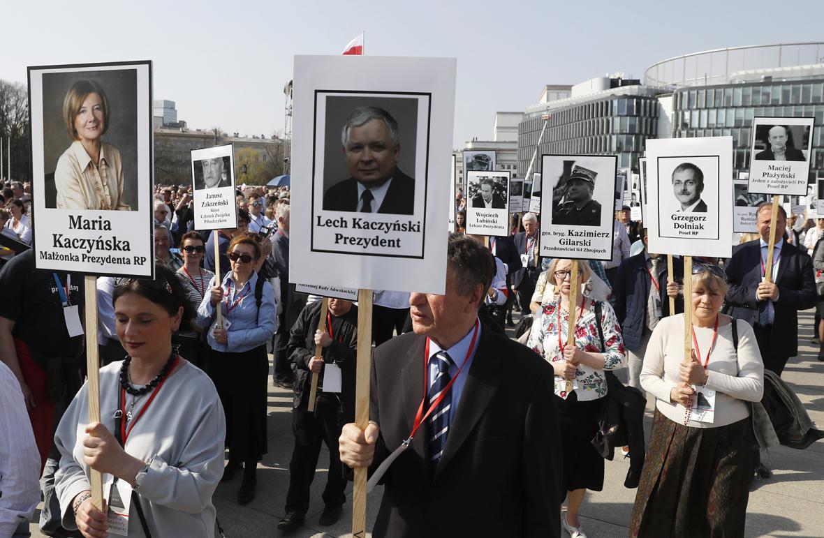 Účastníci ceremonie odhalení památníku smolenské tragédie na Pilsudského náměstí ve Varšavě.