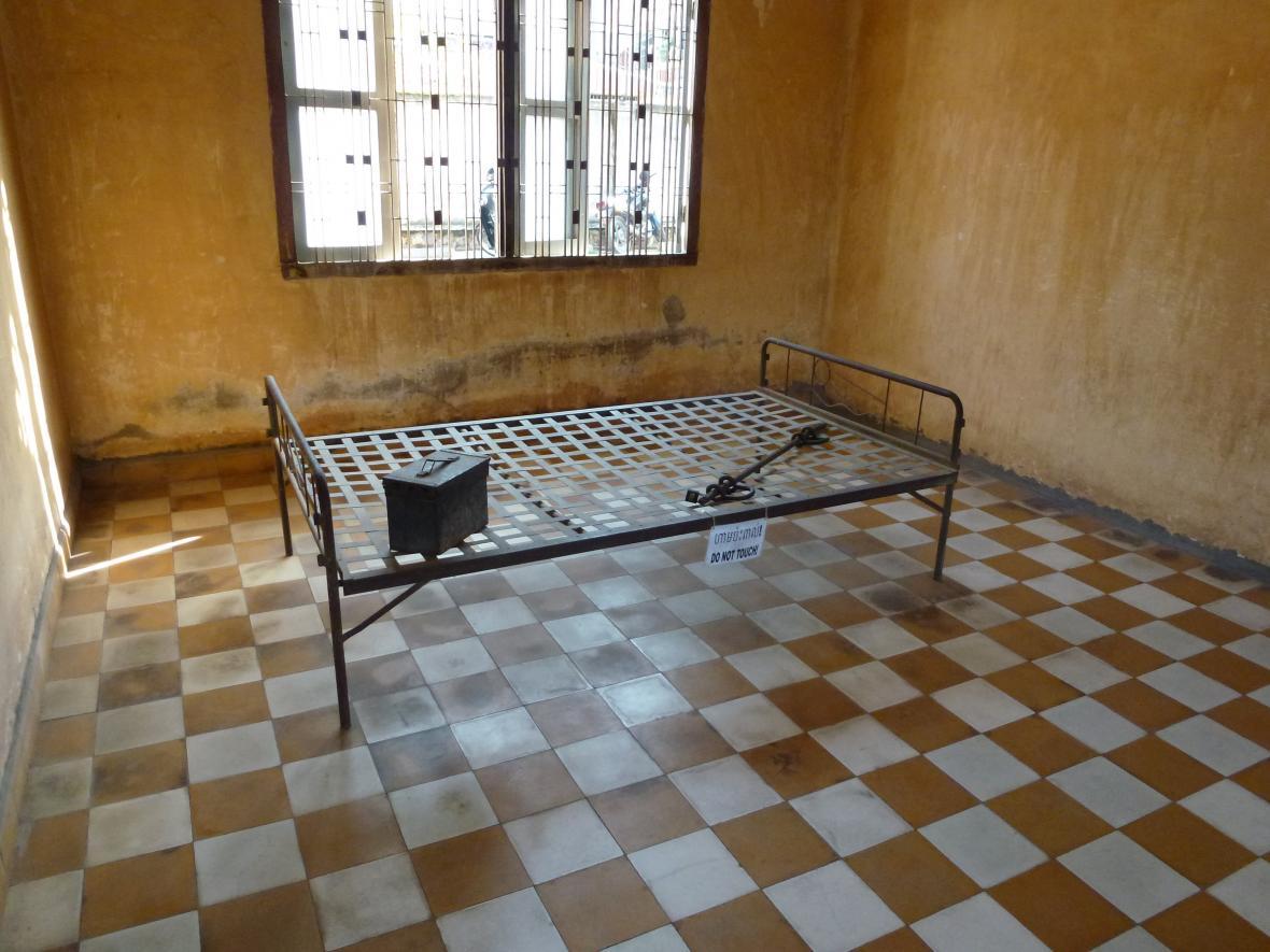 Místnost, kde mučili vězně - na snímku postel, ke které byl dotyčný připoután