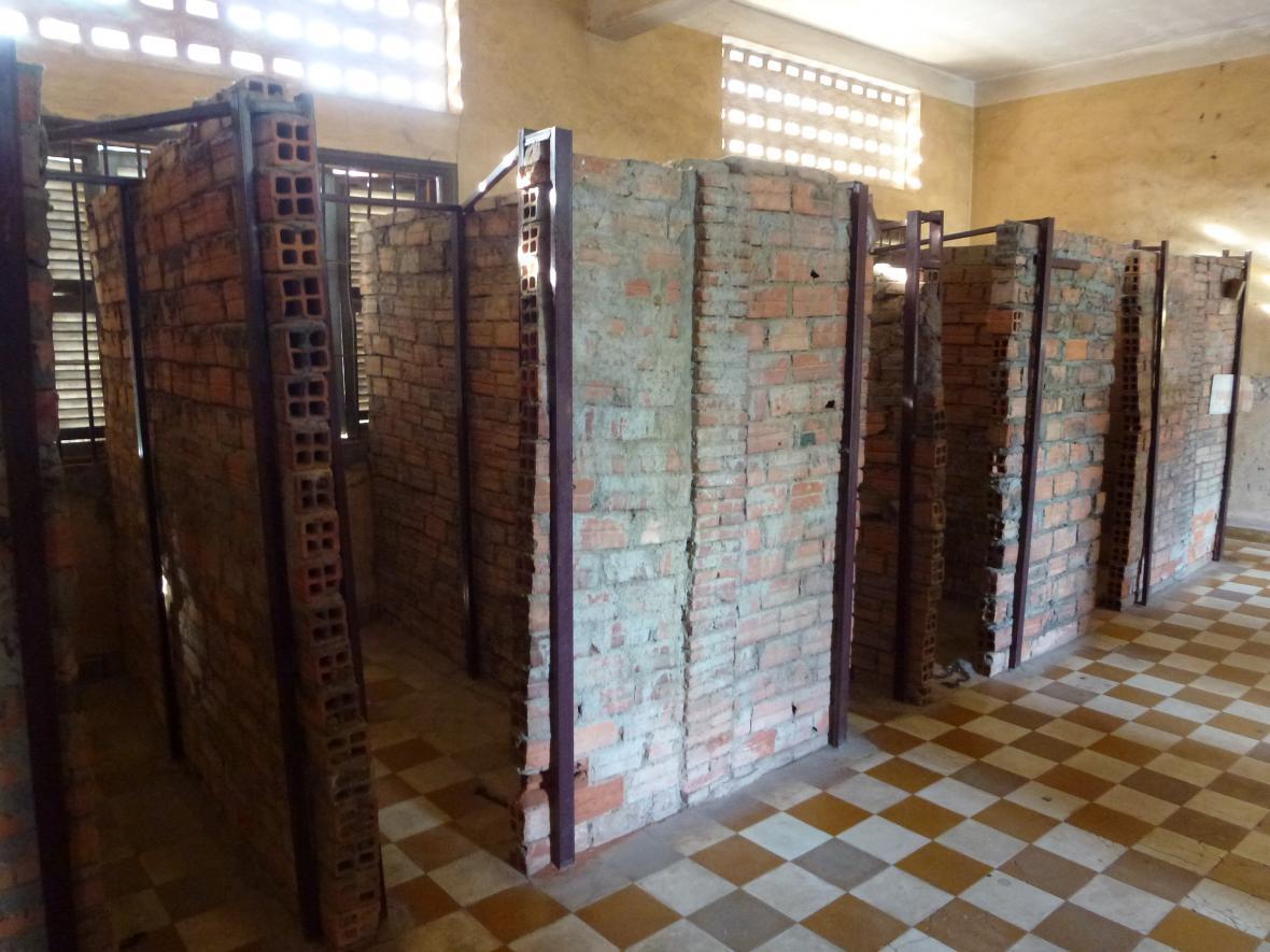 Miniaturní kobky pro vězně, asi 2 krát 1 metr, vybudované v bývalých učebnách