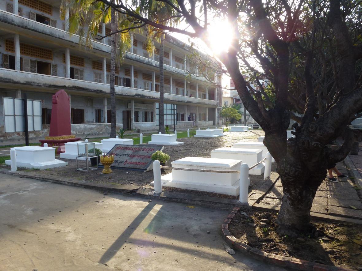 Hroby posledních 14 obětí mučení v S-21