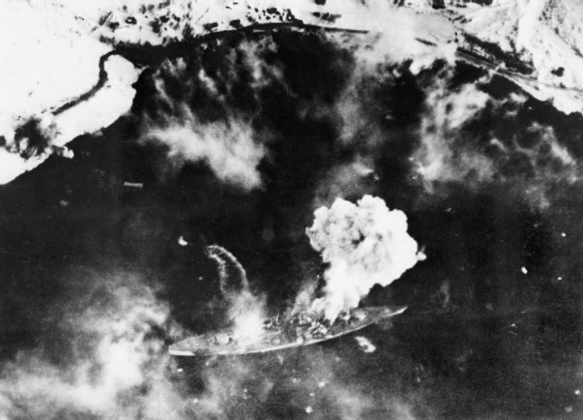 Bitevní loď Tirpitz pod útokem
