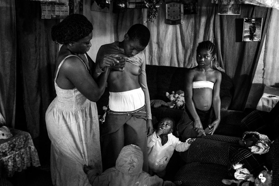 Nominace na vítěznou fotografii World Press Photo 2018. Rohingská krize. Těla rohingských uprchlíků, která byla nalezena ve ztroskotané lodi poblíž města Cox's Bazar na bangladéšské straně hraniční řeky. Ze stovky lidí na palubě přežilo 17