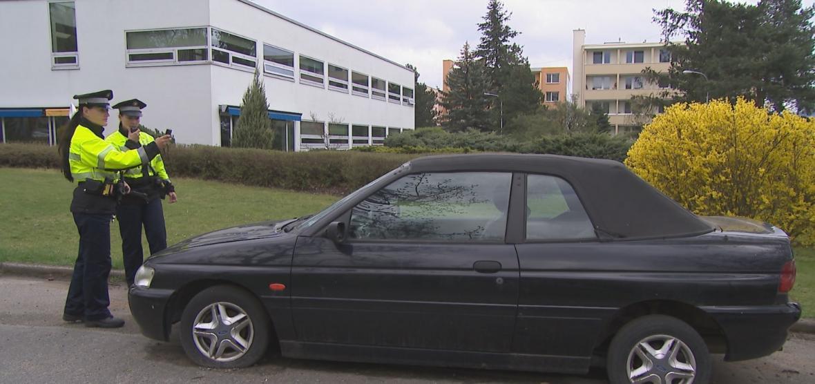 Městští strážníci kontrolují vraky v ulicích Brna