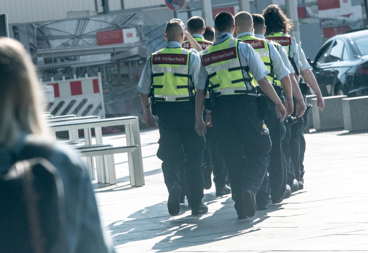 Policie před hlavním nádražím v Berlíně během evakuace tisíců obyvatel a uzavření prostoru kolem nádraží kvůli manipulaci s nevybuchlou leteckou pumou z druhé světové války, která byla nalezena během stavebních prací v blízkosti nádraží
