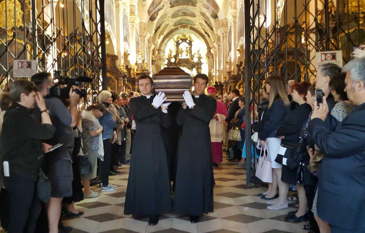 Rakev s ostatky kardinála Berana se vydává na cestu do svatovítské katedrály
