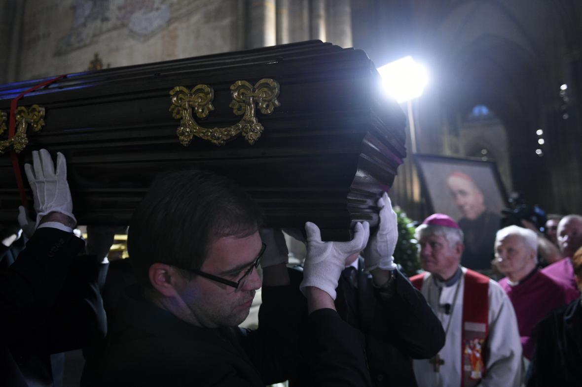 Přenesení rakve s ostatky kardinála Josefa Berana