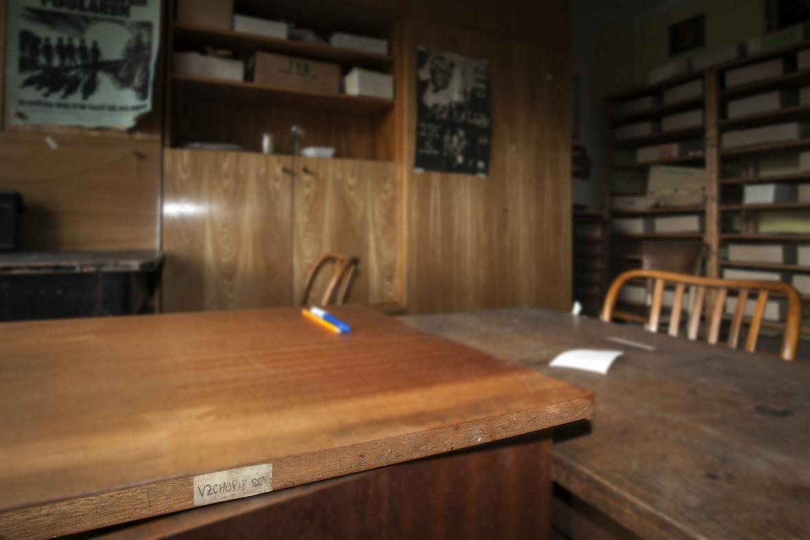 Pracovní stůl Jaroslava Foglara s lampou a dálkovým ovládáním rozhlasu