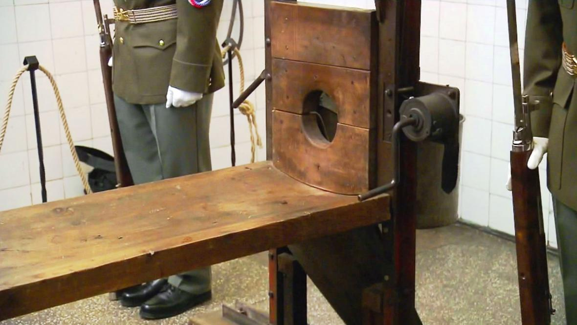 Gilotina v sekyrárně věznice Pankrác