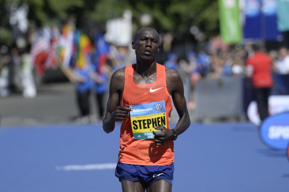 Třetí skončil Keňan Stephen Kwelio Chemlany