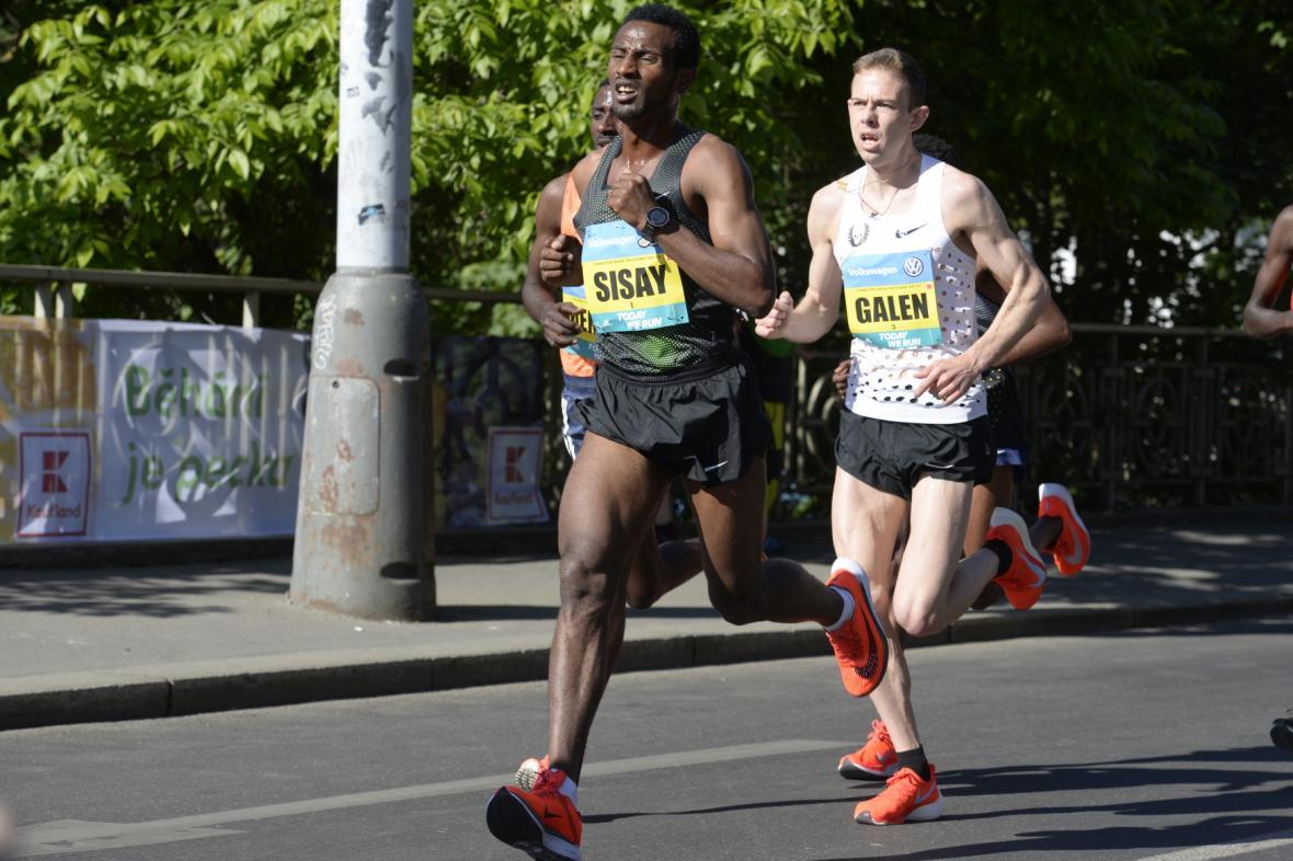 Zleva Etiopan Sisay Lemma, který doběhl jako druhý, a vítěz závodu Američan Galen Rupp na trati