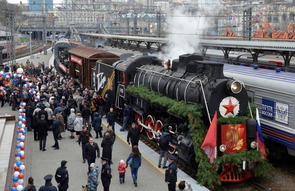 Historický vlak při oslavách konce války ve Vladivostoku