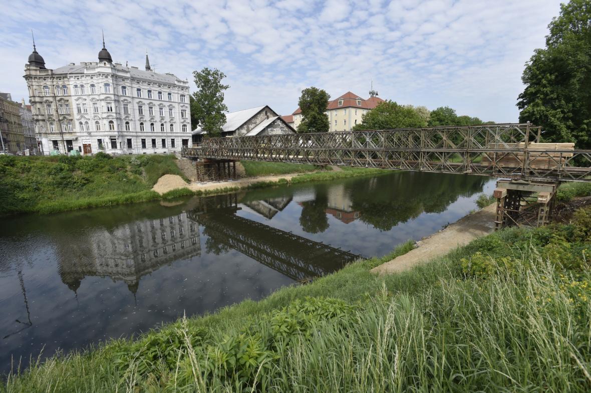 Nová lávka pro pěší vzniká vedle mostu v Komenského ulici