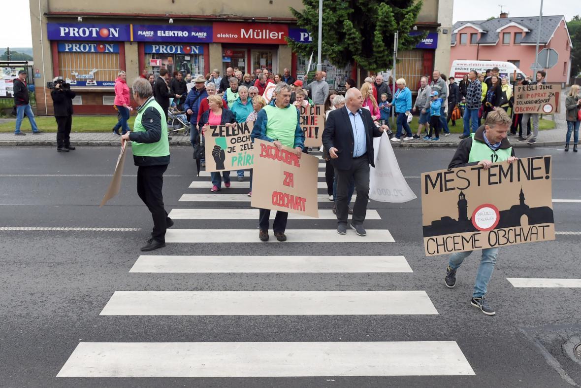 Desítky lidí protestovaly 17. května 2018 v Dolním Benešově