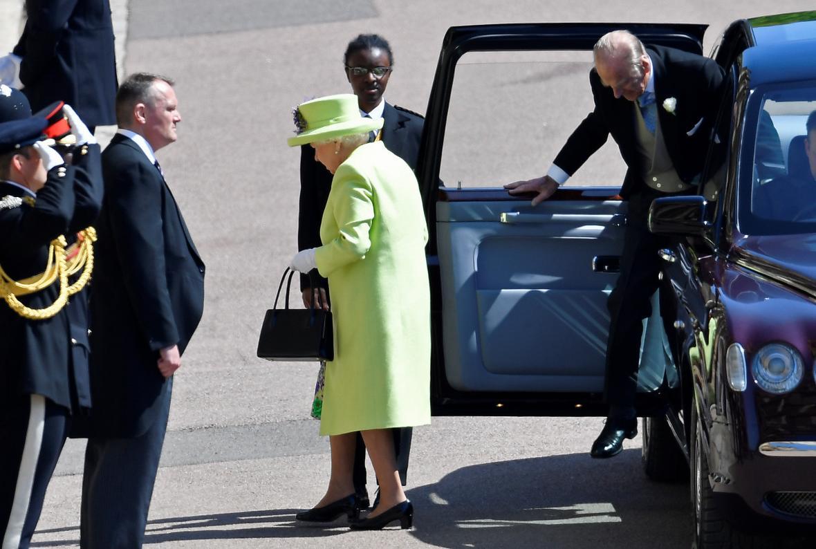 Královna Alžběta přijíždí na svatbu prince Harryho