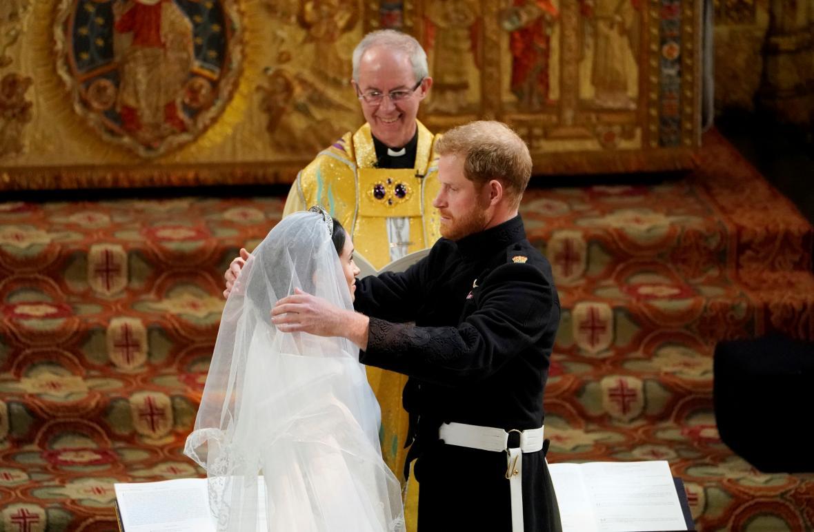 Meghan a Harry před oltářem