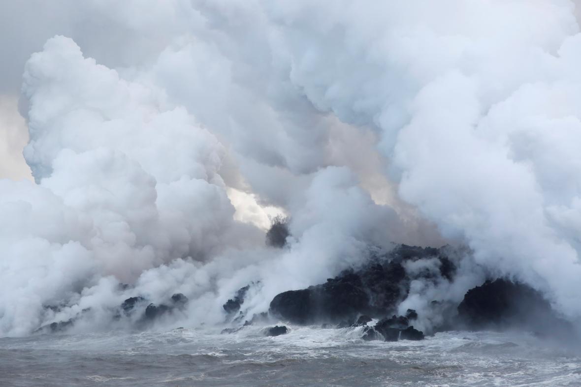 Láva z vulkánu Kilauea teče až do oceánu